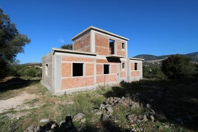 Οικόπεδο με ημιτελή κατοικία στην Πεσσάδα